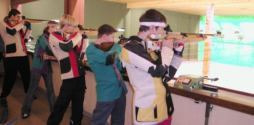 """Sportschiessen-luftgewehr"" von Wilfried Wittkowsky, 2005 - Wilfried Wittkowsk. Lizenziert unter CC BY-SA 3.0 über Wikimedia Commons - https://commons.wikimedia.org/wiki/File:Sportschiessen-luftgewehr.jpg#mediaviewer/File:Sportschiessen-luftgewehr.jpg"
